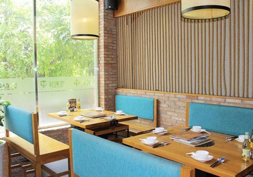 Bạn có thể vừa thưởng thức những món ăn ngon vừa ngắm nhìn con phố Phan Xích Long nhộn nhịp
